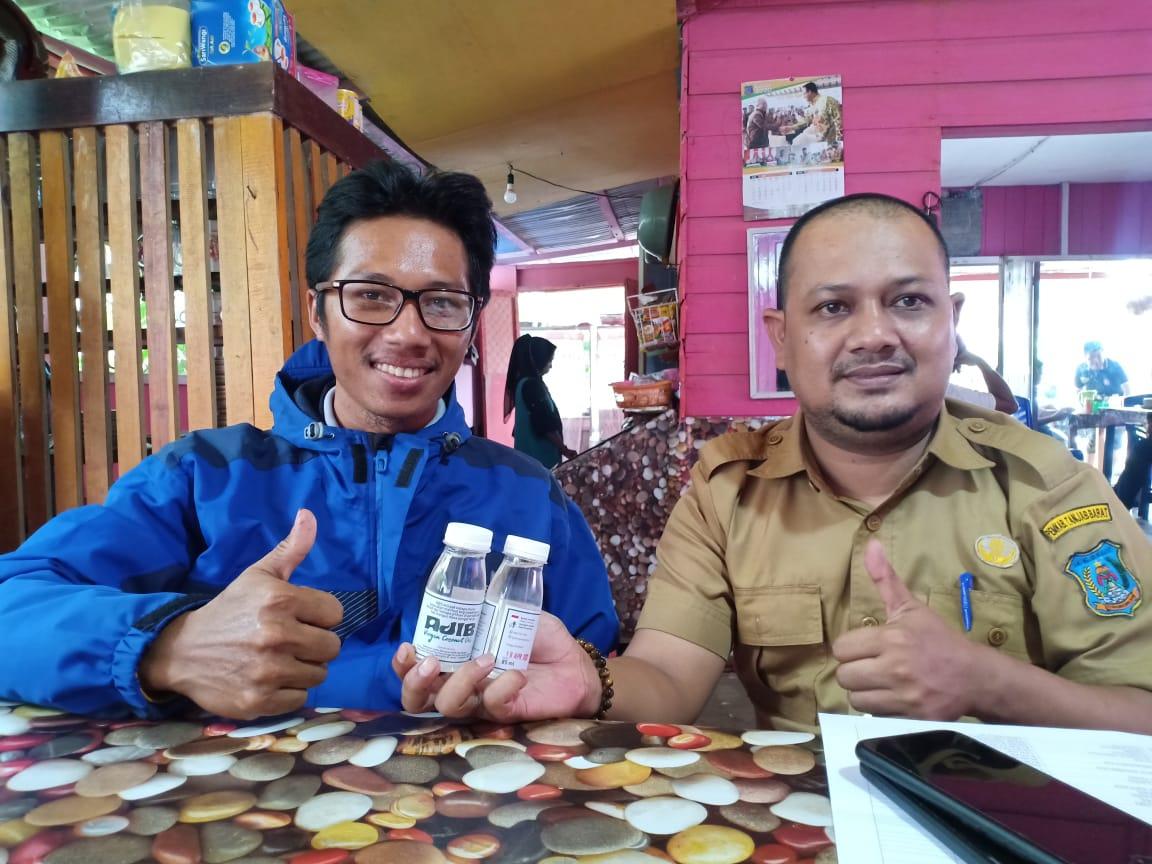Foto Mas Ajib Bersama Kabag Protokol Tanjab Barat Saat Menawarkan Produk Minyak VCO