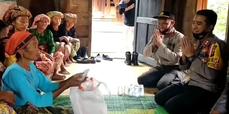 Kapolres Merangin, AKBP Irwan Andy Purnamawan Saat Mengunjungi dan Memberikan Santunan Kepada Keluarga Korban Kasus Penganiayaan