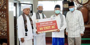 Gubernur Jambi Saat Memberikan Bantuan Secara Simbolis Kepada Pengurus Masjid Al Ihsaniyah Olak Kemang. (Foto By: Humas Pemprov Jambi)
