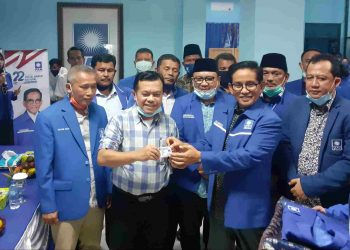 Ketua DPW PAN Provinsi Jambi, H Bakri saat menyerahkan KTA kepada Al Haris di Rumah PAN, siang tadi. (Jernih.id)