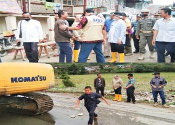Wabup Kerinci dan Anggota DPRD beserta Jajaran Saat Meninjau Lokasi Banjir