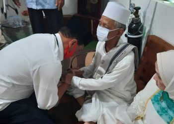 Pasangan MULIA saat meminta doa restu kepada KH Abdullah Wahab Sebelum melakukan Pendaftaran ke KPU