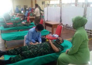 Danrem 042/Gapu, Brigjen TNI M. Zulkifli  Saat Melakukan Donor Darah. (Dok. Panremgapu)