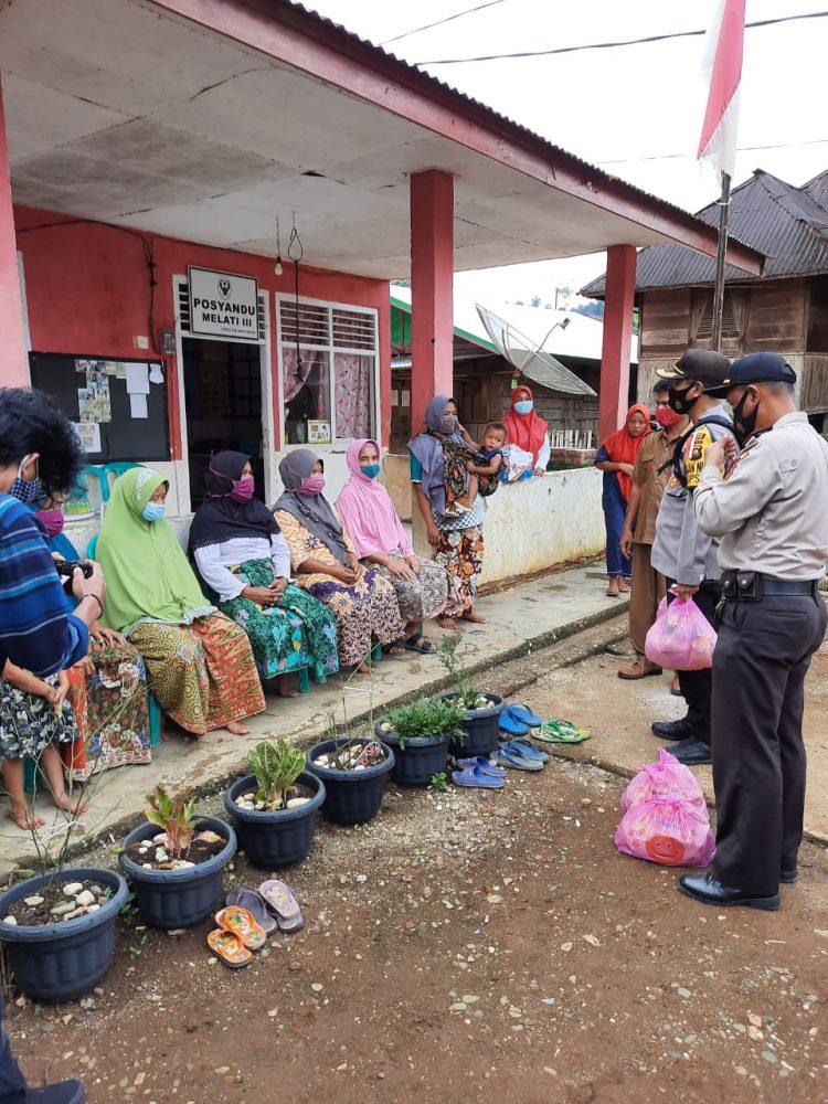 Kapolres Merangin Saat Meningjau dan Memberikan  Bantuan Kepada Masyarakat Yang Terkena Musibah Angin Puting Beliung
