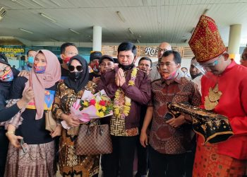 Kedatangan Syafril Nursal di Bandara Sultan Thaha Jambi disambut oleh Tim Pendukungnya. Foto : Cuy)