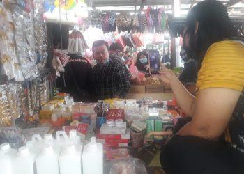 Cagub Al Haris saat tengah berbincang dengan pedagang Pasar Aur Duri.