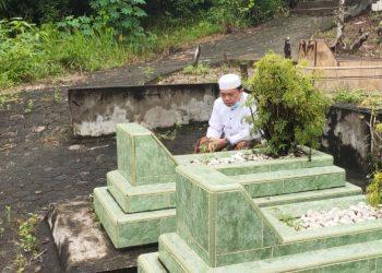 Cagub Al Haris saat berziarah ke Makam Mantan Gubernur Jambi Abdurahman Sayoeti.
